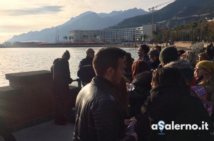 """Artista di strada fermato dai vigili a Salerno, i turisti: """" Lasciatelo suonare.."""" - aSalerno.it"""