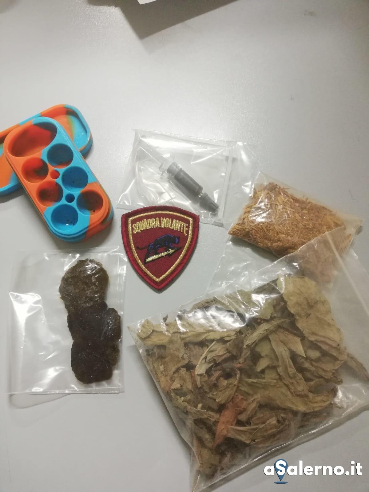 droga e materiale sequestrato dalla Polizia