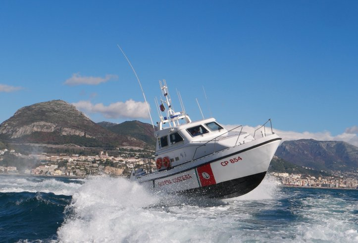 Guardia Costiera di Salerno salva otto persone in mare a largo di Pastena - aSalerno.it