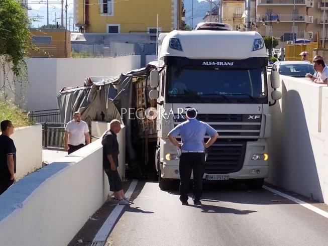 Pontecagnano, un tir è rimasto bloccato sotto un ponte - aSalerno.it
