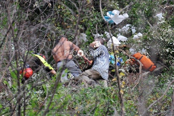Giovi, cadono giù per 30 metri con l'auto in una scarpata: due feriti gravi - aSalerno.it