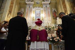 mons. Andrea Bellandi in preghiera