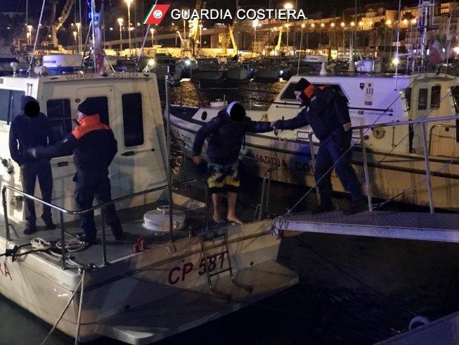 Gommone in balia delle onde, Guardia Costiera salva due persone - aSalerno.it