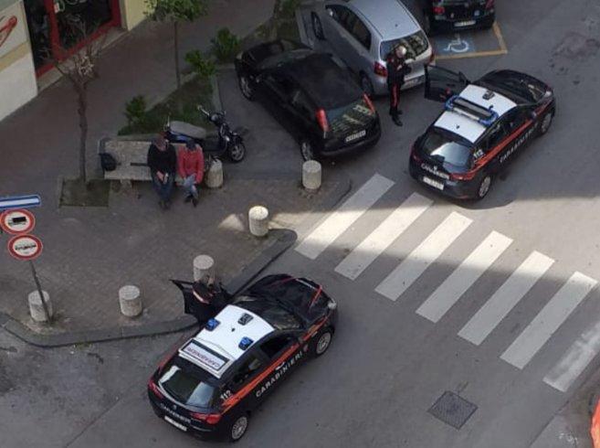 Sulla panchina in via Mobilio, controllati dai Carabinieri - aSalerno.it