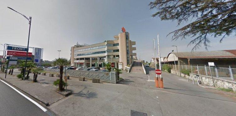 Sfonda vetrina di un negozio alla Galleria Mediterranea, 24enne fermato dalla Polizia - aSalerno.it