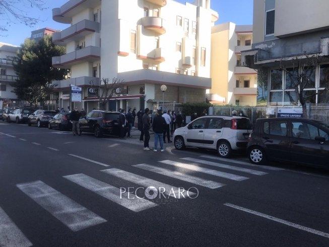 """Salerno, fila all'alba alla Camera di Commercio per la """"firma digitale"""" - aSalerno.it"""