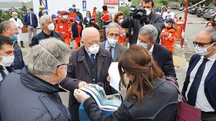 """De Luca a Salerno ricorda obblighi: """"Protezioni e distanza altrimenti riaccendiamo l'epidemia"""" - aSalerno.it"""