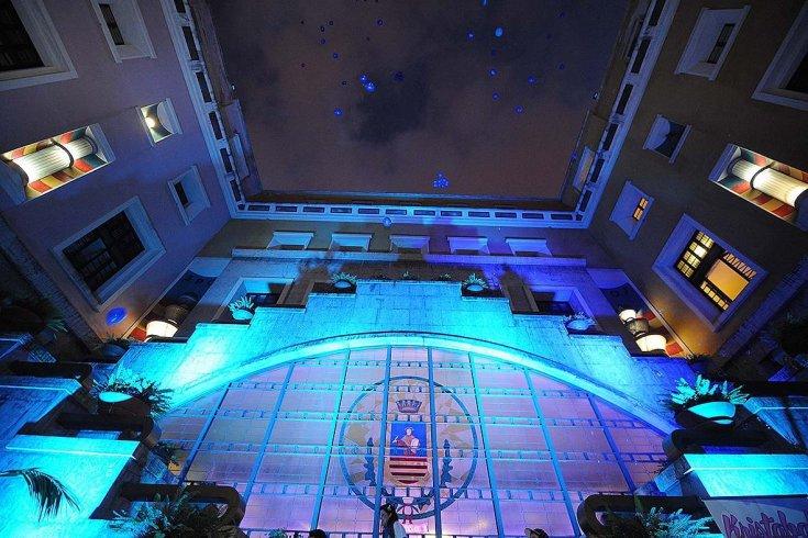 Light it up Blue, sensibilizzazione sull'autismo: Palazzo di Città si accende - aSalerno.it