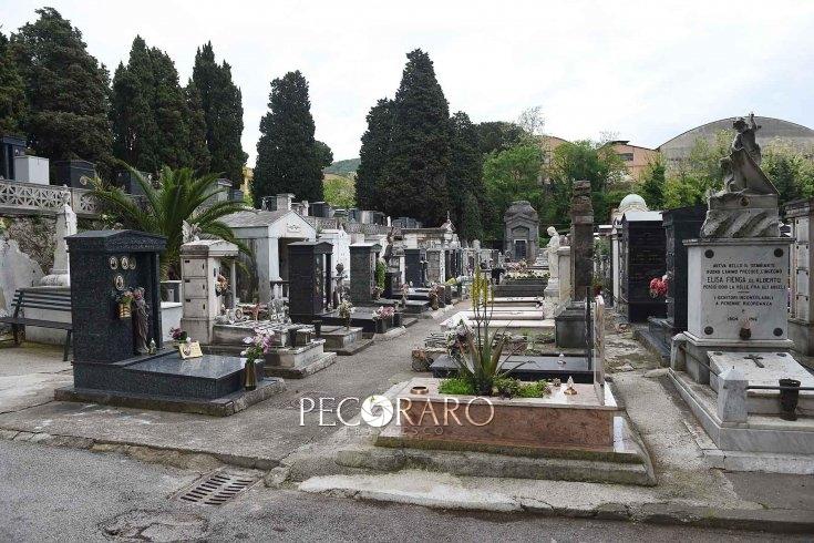 Cimitero di Salerno, danni alle lapidi e furti di fiori - aSalerno.it