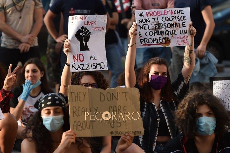 Black lives matter, in ginocchio anche a Salerno come negli States – LE FOTO - aSalerno.it
