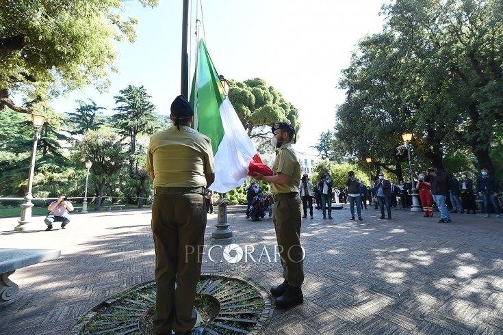 In alto il tricolore nella Villa Comunale, Salerno festeggia così il 2 giugno – LE FOTO - aSalerno.it