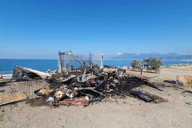 Fiamme sulla Costa Sud, prende fuoco un chiosco sulla spiaggia: aperte indagini - aSalerno.it