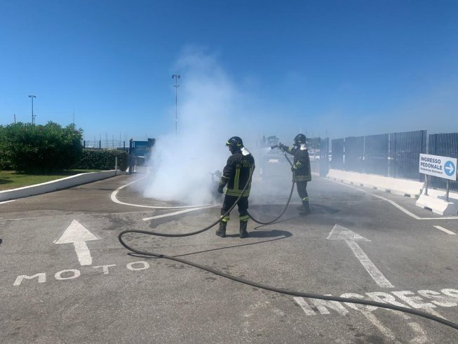 Motorino in fiamme a Marina D'Arechi - aSalerno.it