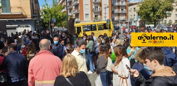 """Polemica a Cava, opposizione attacca: """"Assembramenti davanti alle scuole, dov'è l'amministrazione comunale?"""" - aSalerno.it"""