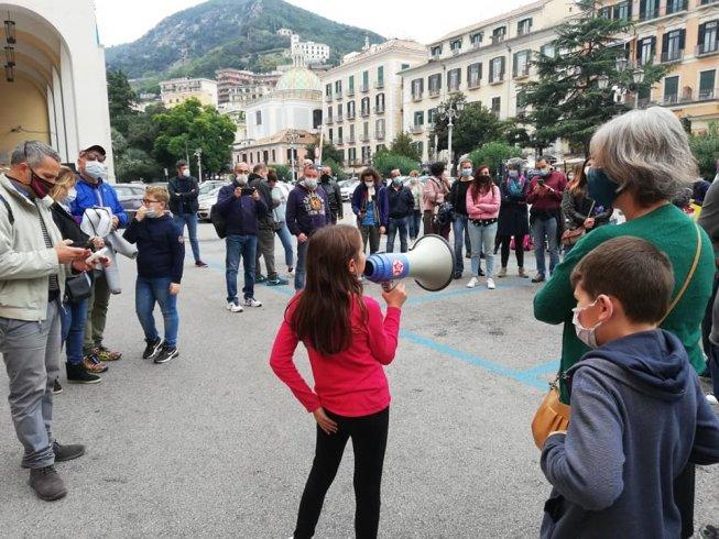 """""""Vogliamo tornare a scuola"""", continua anche questa mattina la protesta a Salerno - aSalerno.it"""