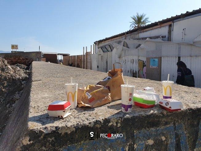 """La """"munnezza"""" del giorno dopo, brutta immagine alla Baia invasa dai rifiuti - aSalerno.it"""