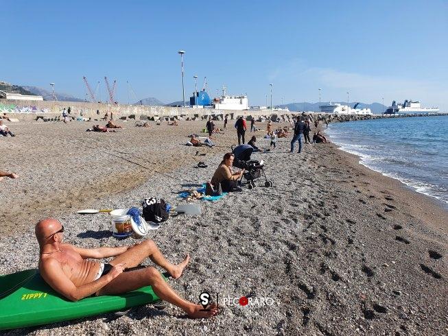 Lungomare chiuso c'è chi ha approfittato, con distanziamento, facendo un salto in spiaggia - aSalerno.it