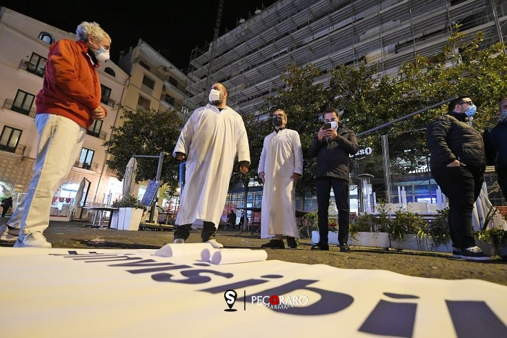 """""""Per loro siamo fantasmi, invisibili"""", la protesta dei commercianti a Salerno - aSalerno.it"""