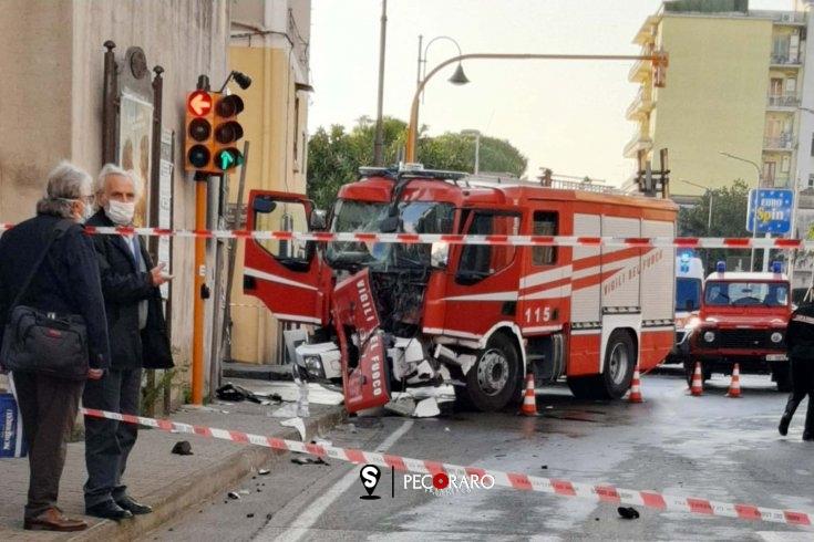 Nocera Inferiore, impatto all'incrocio: distrutta la camionetta dei Vigili del Fuoco - aSalerno.it