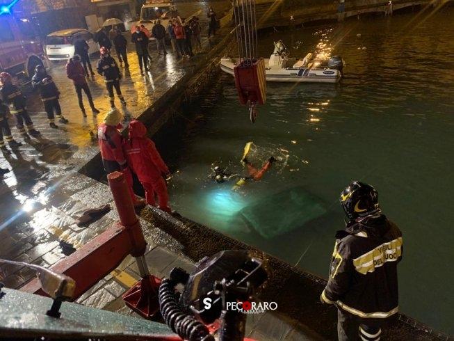Paura ad Acciaroli, auto cade in mare nel Porto: 80enne salvato dai cittadini - aSalerno.it