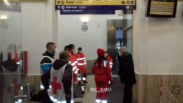 Arrivi in città, sindaco con i controlli alla Stazione di Salerno - aSalerno.it