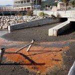 Liquido marrone nel fiume fusandola presso la spiaggia di santa teresa