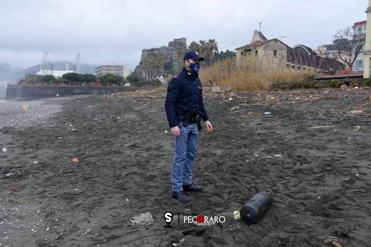 Bombola del gas scambiata per ordigno bellico sulla spiaggia di Torrione – Foto/Video - aSalerno.it