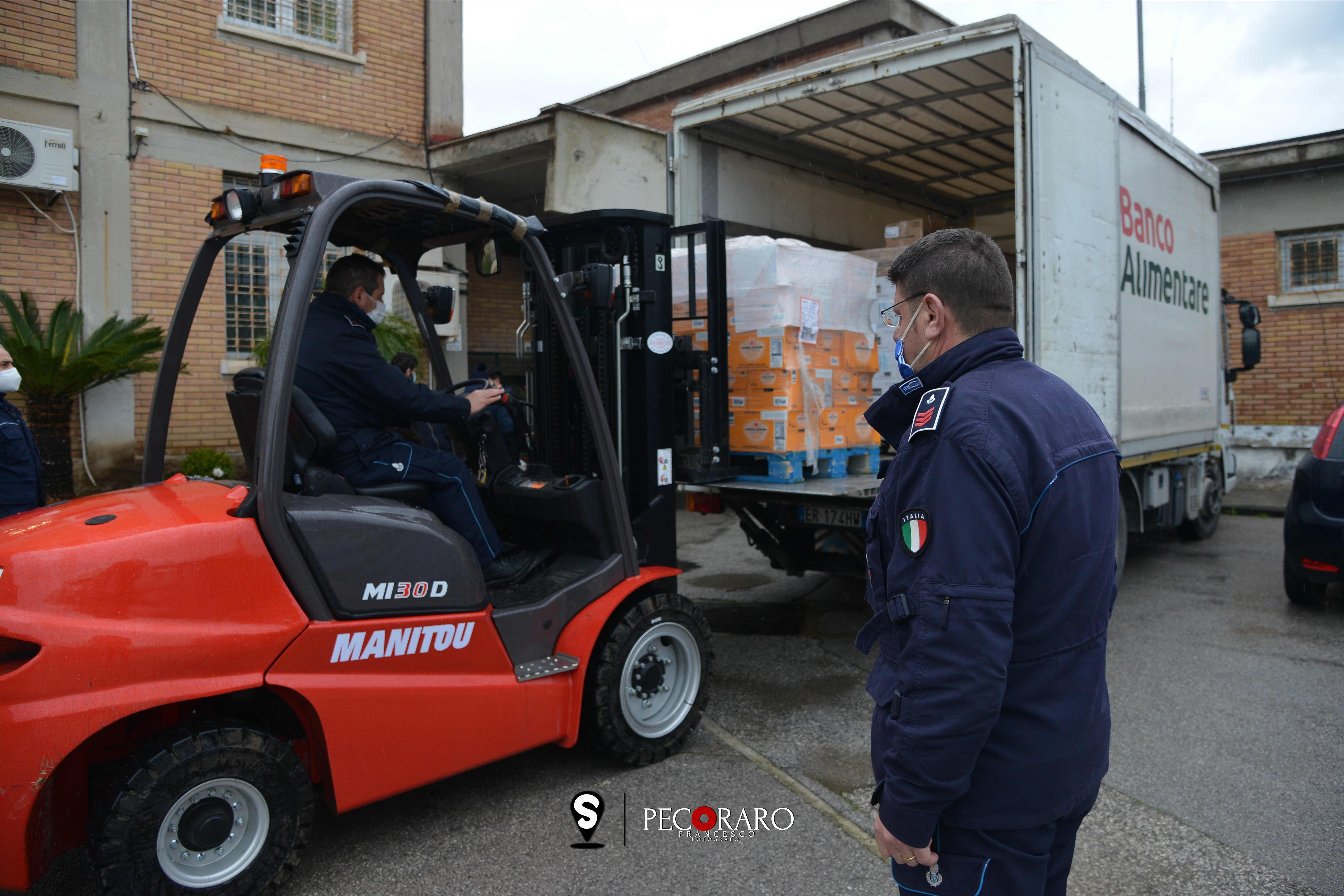 Consegna pacchi alimentari detenuti poveri Carcere Fuorni Salerno foto Francesco Pecoraro/Tanopress
