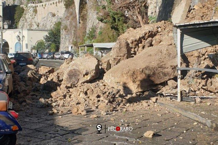Paura ad Amalfi, crolla costone roccioso – FOTO - aSalerno.it