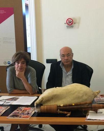 Rosa Carafa durante una conferenza con il funzionario Michele Faiella