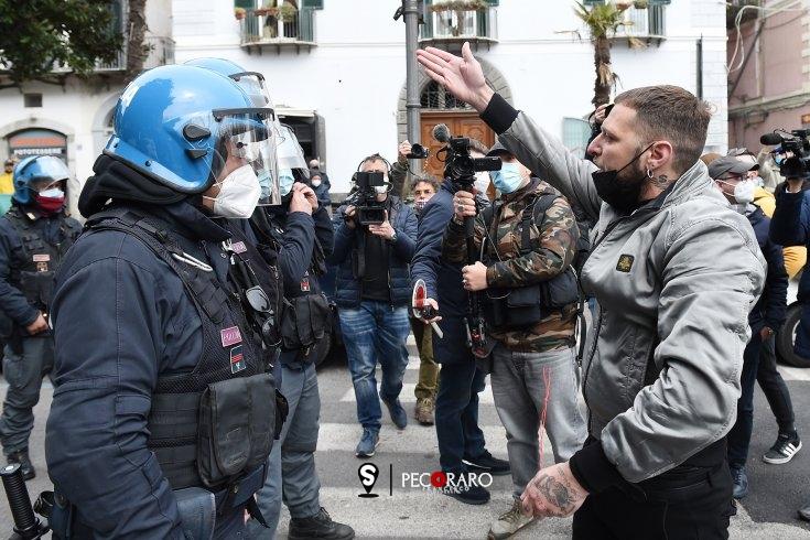 """""""De Luca dove sono i ristori"""" protesta a Salerno in attesa del Governatore - aSalerno.it"""