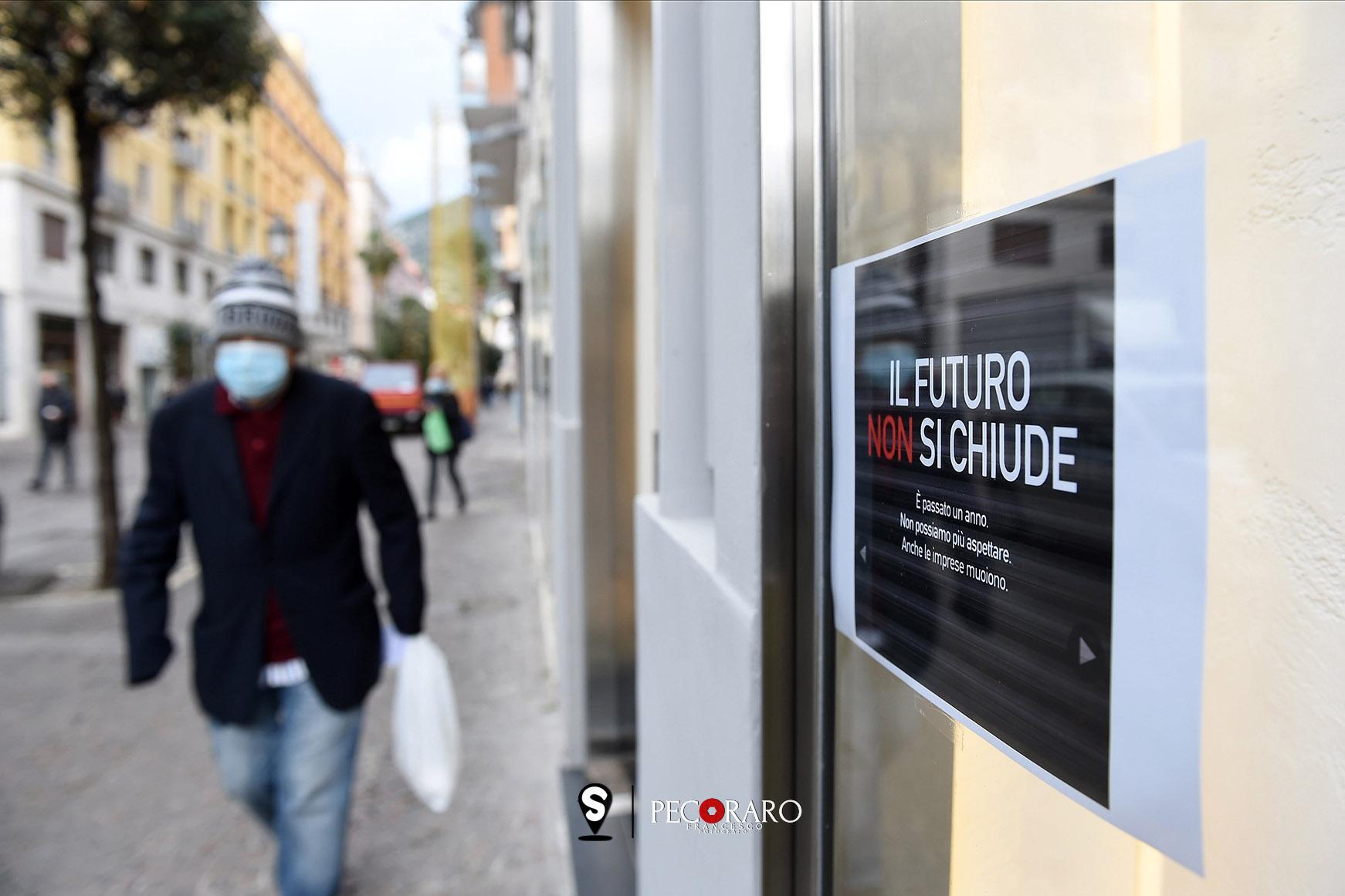 Apertura dei negoio nonostante il divieto.