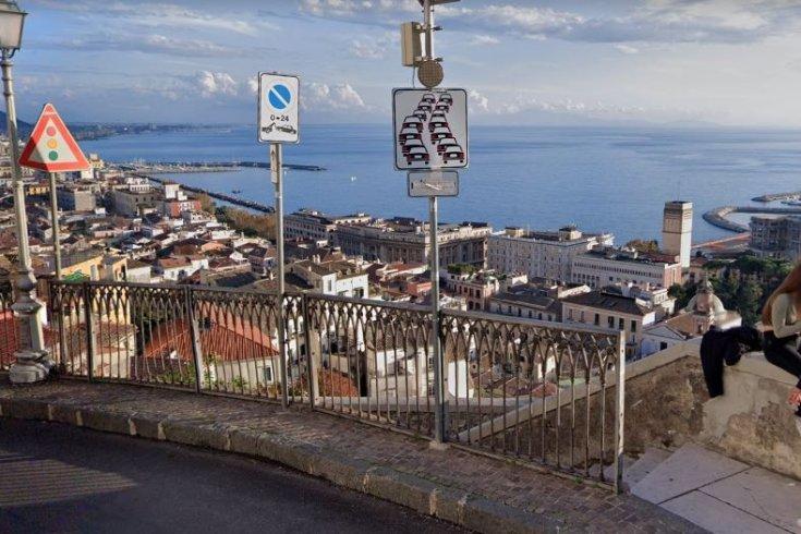 Mangiavano e bevevano sui gradoni nel centro storico alto, multe a giovani da 400 euro - aSalerno.it