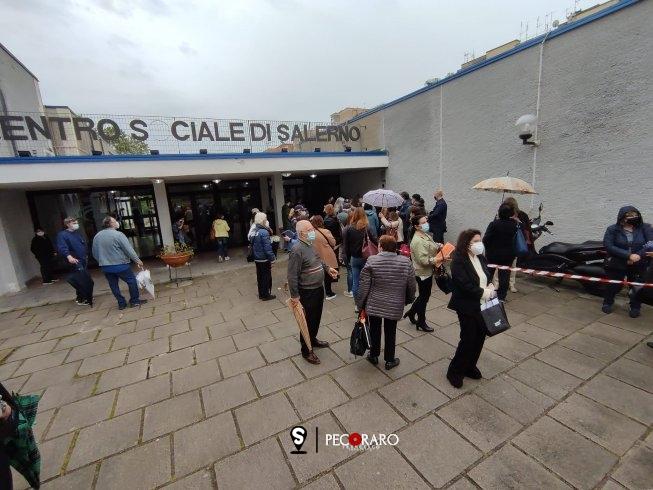 File sotto la pioggia e attese snervanti, rabbia nell'open day vaccinale a Salerno - aSalerno.it