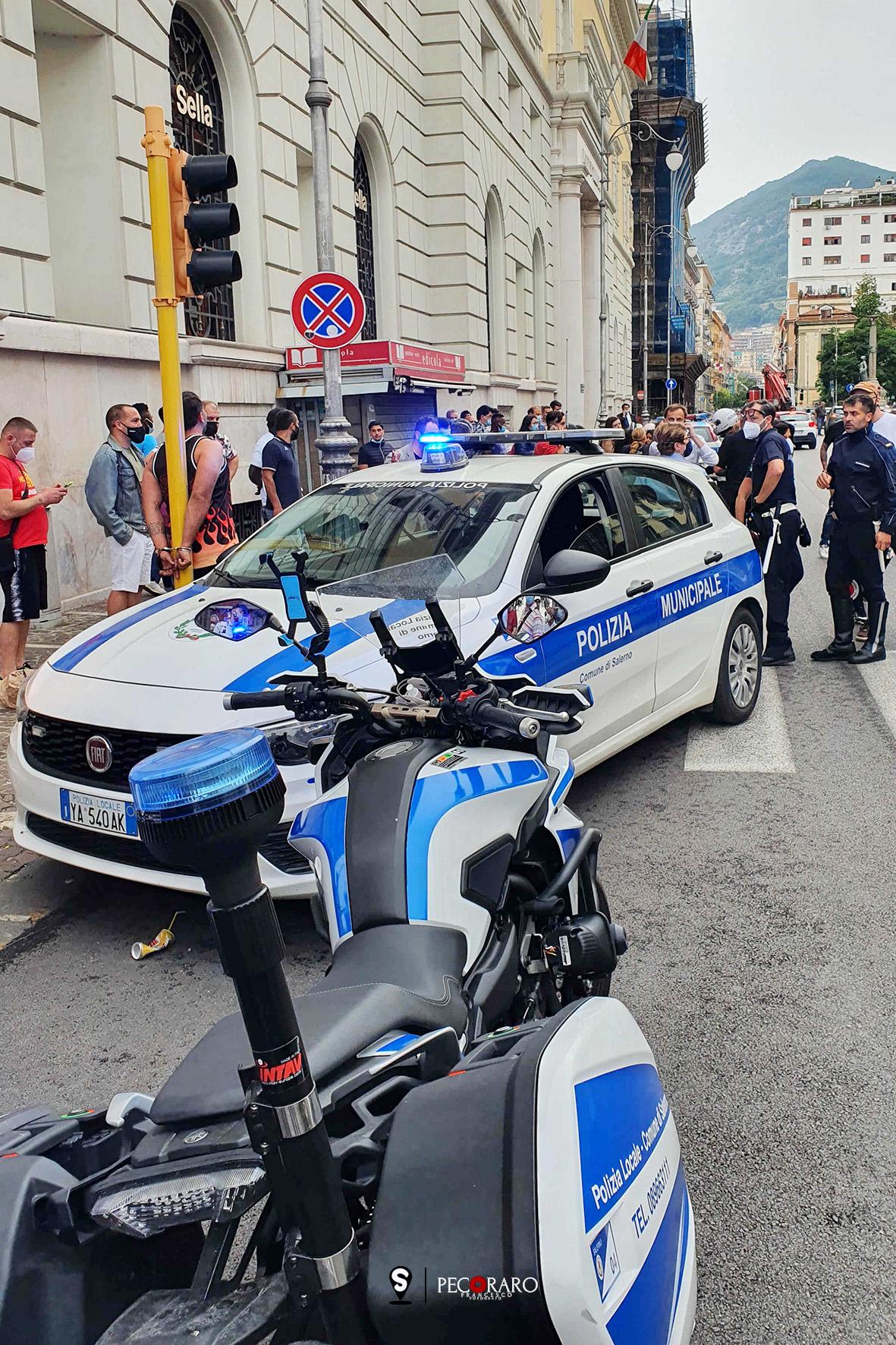 sal - 11 06 2021 Salerno, aggredisce e picchia la fidanzata ammanettato in via roma vicino ad un palodel semaforo