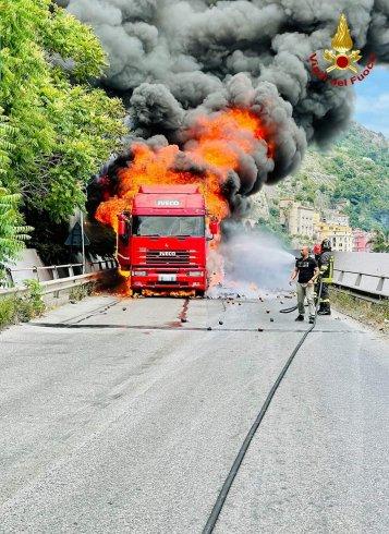 In fiamme autocarro sul Viadotto Gatto, l'intervento dei Vigili del Fuoco - aSalerno.it