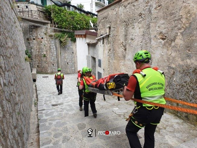 Scivola in un sentiero in Costiera Amalfitana, salvata dal Soccorso Alpino - aSalerno.it
