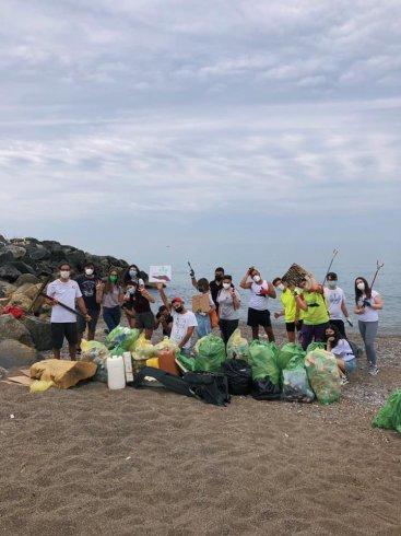 """La spiaggia di via Allende sommersa dai rifiuti, quasi 80 kg recuperati dai ragazzi di """"Voglio un Mondo pulito"""" - aSalerno.it"""