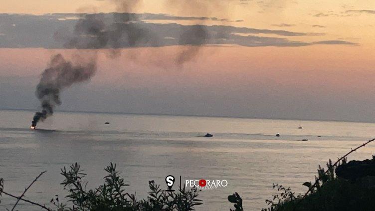 Barca in fiamme a largo di Agnone, salvate quattro persone - aSalerno.it